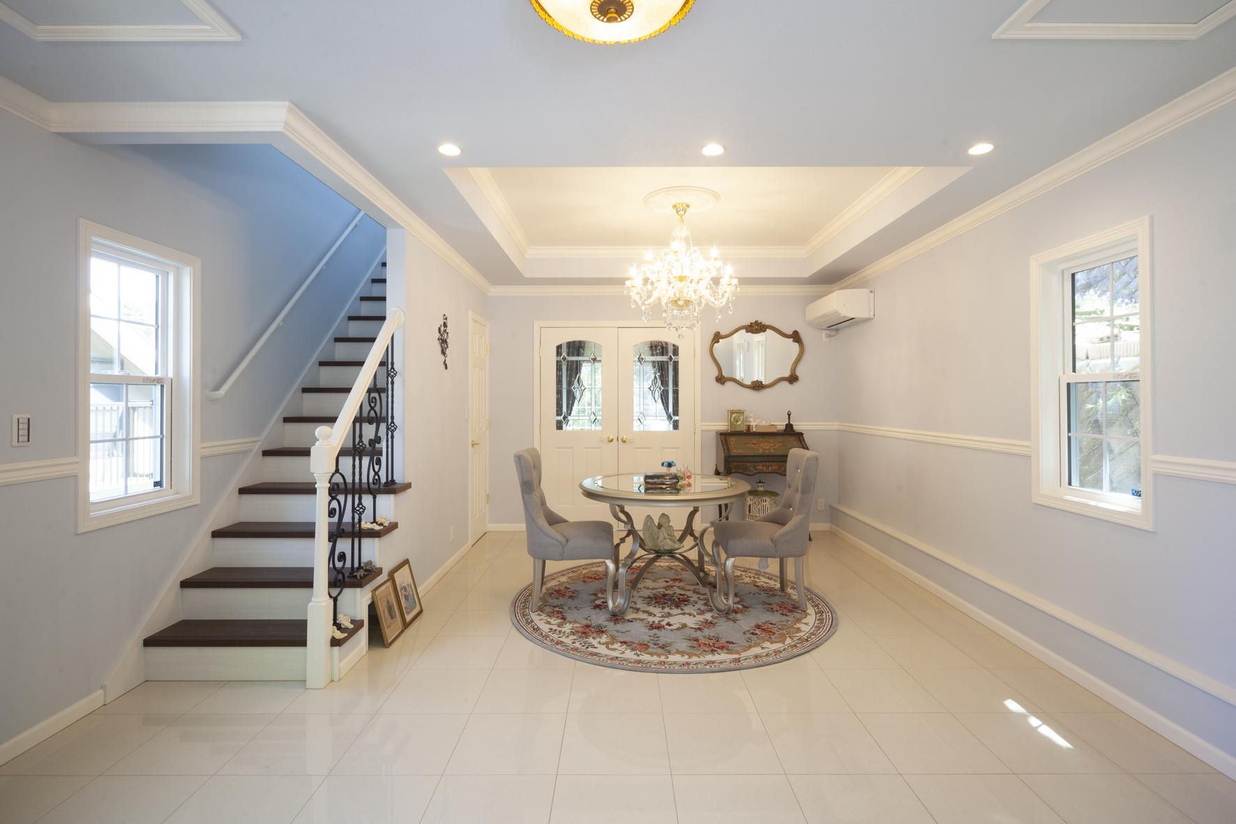 インテリアに華やかさをプラス 天井や壁を彩るモールディングの魅力